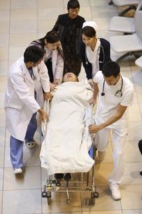 急患を運ぶ医師と看護師の写真素材 [FYI03050658]