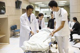 急患を運ぶ医師と看護師の写真素材 [FYI03050659]