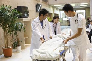 急患を運ぶ医師と看護師の写真素材 [FYI03050661]