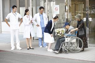 退院していく患者の写真素材 [FYI03050663]