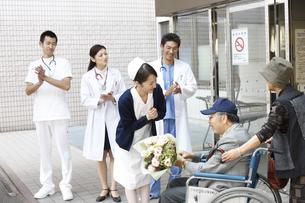 退院していく患者の写真素材 [FYI03050665]
