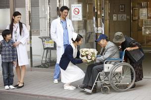 退院していく患者の写真素材 [FYI03050666]