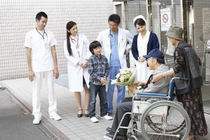 退院していく患者の写真素材 [FYI03050668]