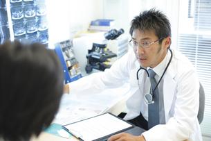 診察する医師の写真素材 [FYI03050687]