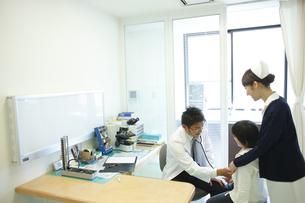 診察する医師の写真素材 [FYI03050694]