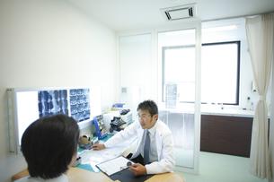 診察する医師の写真素材 [FYI03050695]