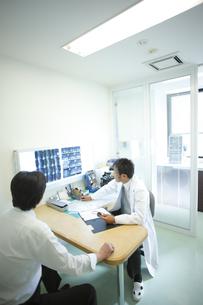 診察する医師の写真素材 [FYI03050697]
