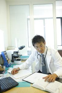 診察室で仕事をする医師の写真素材 [FYI03050702]