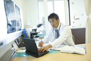 診察室で仕事をする医師の写真素材 [FYI03050703]