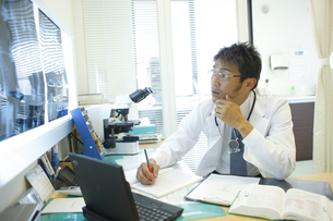 診察室で仕事をする医師の写真素材 [FYI03050704]