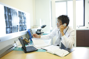 通話する医師の写真素材 [FYI03050708]