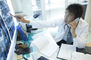 通話する医師の写真素材 [FYI03050712]