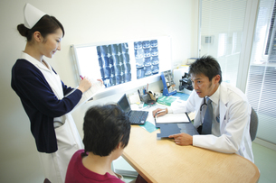 診察する医師の写真素材 [FYI03050724]