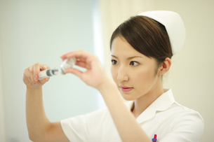 注射の準備をする看護師の写真素材 [FYI03050755]