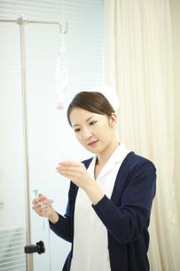 点滴の準備をする看護師の写真素材 [FYI03050758]