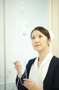 点滴の準備をする看護師の写真素材 [FYI03050759]