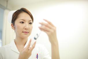 注射の準備をする看護師の写真素材 [FYI03050762]