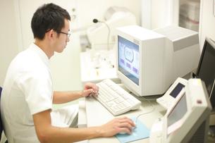 CTの検査をする検査技師の写真素材 [FYI03050763]