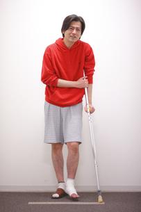 松葉杖の男性患者の写真素材 [FYI03050795]