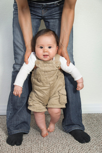 ハーフの赤ちゃんのよちよち歩きの写真素材 [FYI03052047]