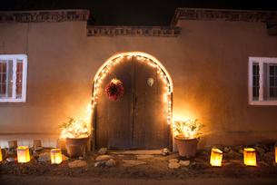 クリスマスの飾りつけをしたサンタフェのアドビ様式の家の写真素材 [FYI03052064]