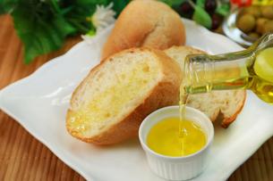 パンとオリーブオイルの写真素材 [FYI03052425]