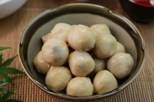 里芋の煮っ転がしの写真素材 [FYI03052478]