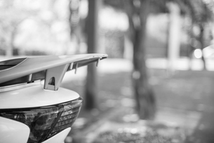 駐輪場のスクーターの写真素材 [FYI03053473]