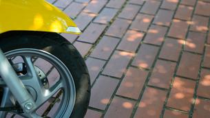駐輪場のスクーターの写真素材 [FYI03053475]