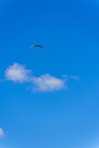 青空とパラグライダーの写真素材 [FYI03053715]