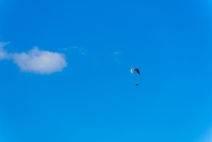 青空とパラグライダーの写真素材 [FYI03053718]