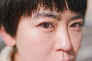 女性の顔のアップの写真素材 [FYI03053747]