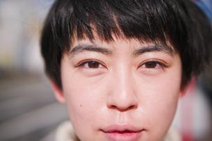 女性の顔のアップの写真素材 [FYI03053756]