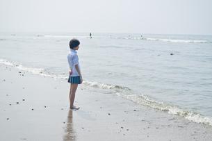 浜辺の女子高生の写真素材 [FYI03053762]