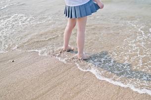 浜辺の女子高生の写真素材 [FYI03053763]