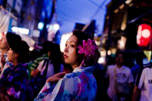 夜の祭りの浴衣女性の写真素材 [FYI03053770]