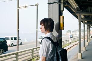 駅のホームの女子高生の写真素材 [FYI03053772]
