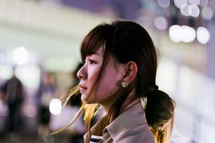 夜の街の女性の写真素材 [FYI03053776]