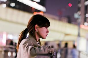 夜の街の女性の写真素材 [FYI03053777]