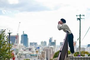 街を望む女性の写真素材 [FYI03053791]