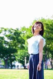 公園に立つ女性の写真素材 [FYI03053792]