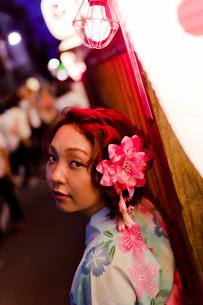 夜の祭りの浴衣女性の写真素材 [FYI03053795]