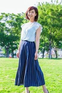 公園に立つ女性の写真素材 [FYI03053798]