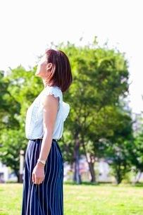 公園に立つ女性の写真素材 [FYI03053800]
