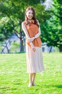 公園に立つ女性の写真素材 [FYI03053808]