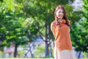 公園に立つ女性の写真素材 [FYI03053811]