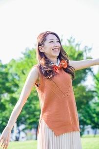 公園に立つ女性の写真素材 [FYI03053814]