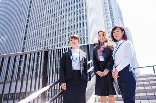 ビル街の階段に立つビジネスウーマンの写真素材 [FYI03053822]