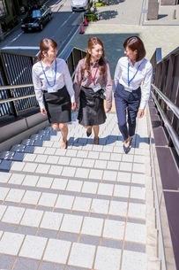 ビル街の階段を上るビジネスウーマンの写真素材 [FYI03053839]