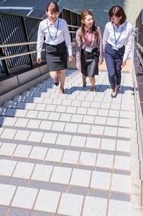 ビル街の階段を上るビジネスウーマンの写真素材 [FYI03053843]